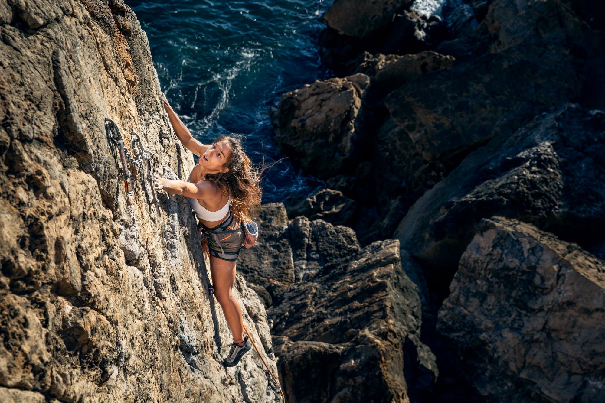 Inês Azevedo climbing in Guia - Cascais - Portugal ©Martim Vidigal