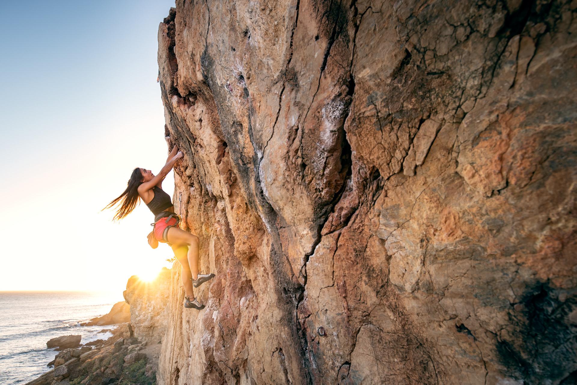 Lisbon Climbing Guide - Inês Azevedo climbing Caravela Virtual (V+) in Guia ©Martim Vidigal