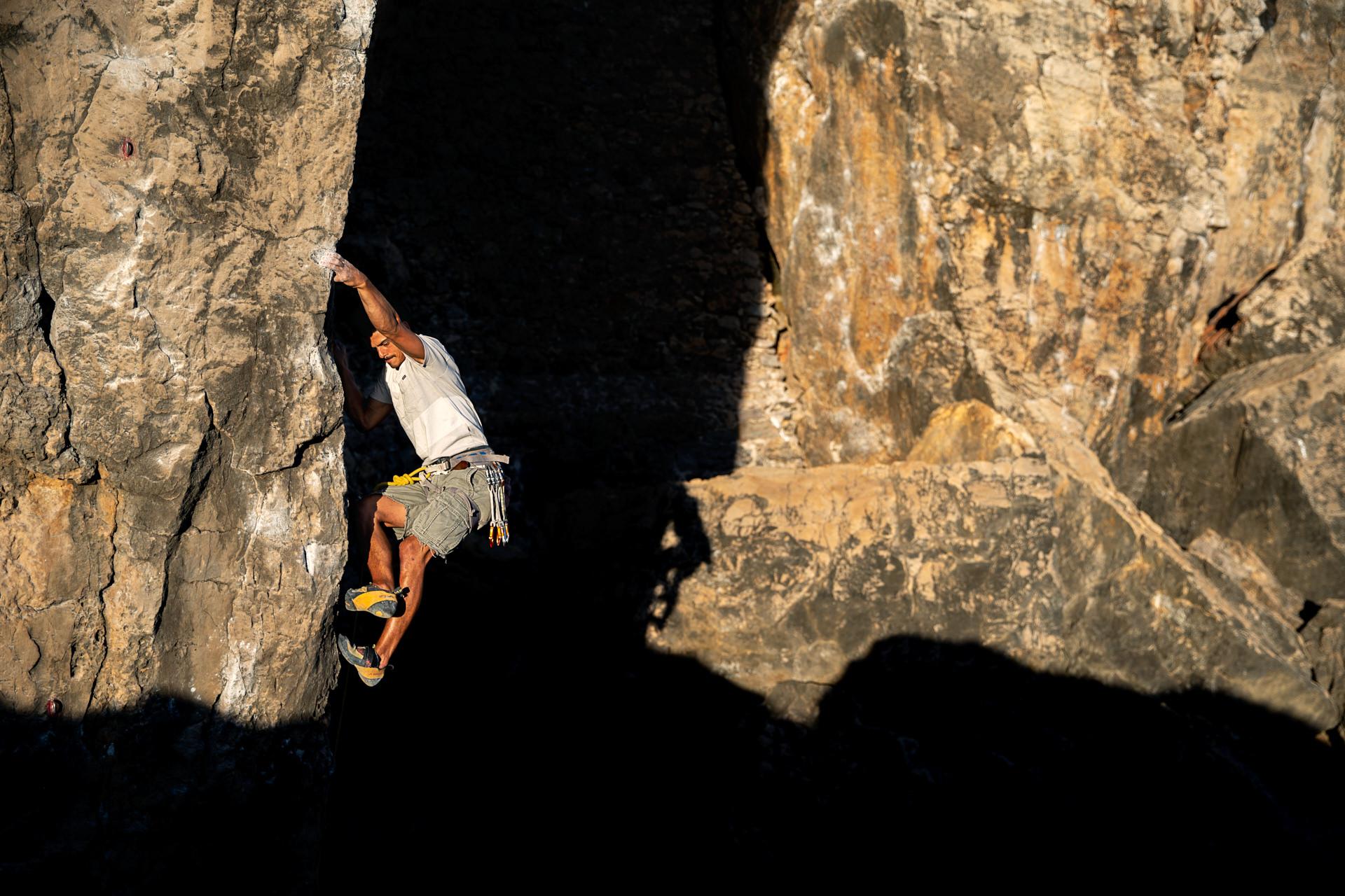 Lisbon Climbing Guide - Ricardo Costa climbing Pinóquio (7a+) in Guia ©Martim Vidigal
