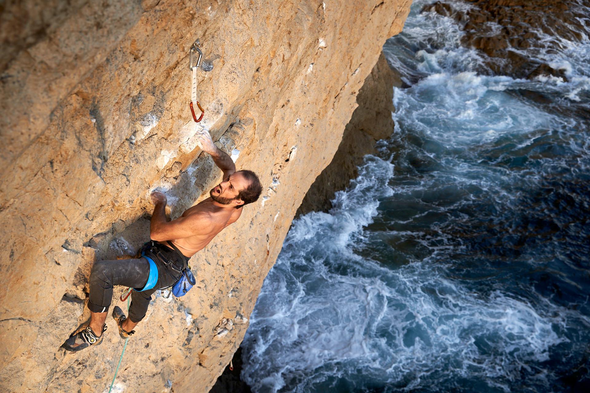 Lisbon Climbing Guide - Hugo Castro Silva climbing Caldo Verde (7b) in Atlântida ©Martim Vidigal