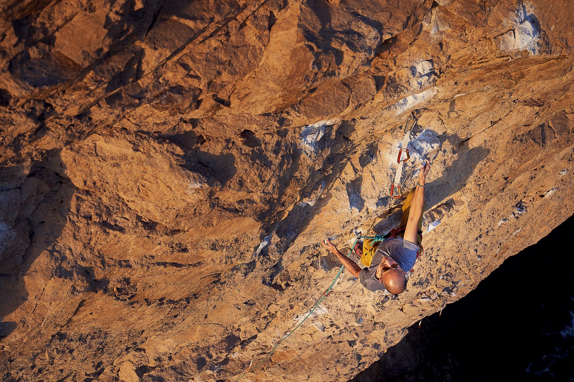 Lisbon Climbing Guide - Luís Moreno climbing Caldo Verde (7b) in Atlântida ©Martim Vidigal