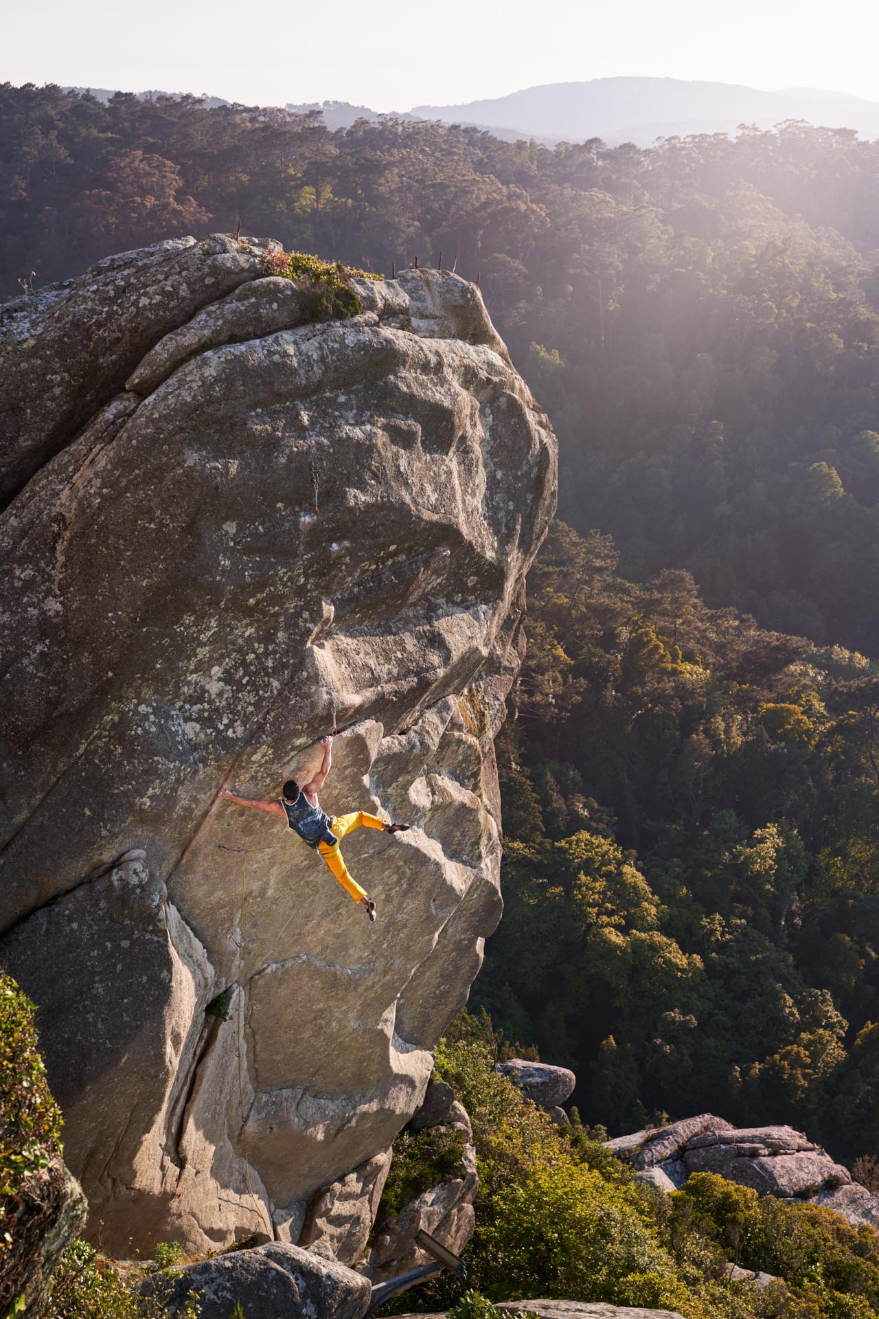 Lisbon Climbing Guide - Pedro Alves climbing Deus do Vento (7a) in Penedo da Amizade (Sintra) ©Martim Vidigal