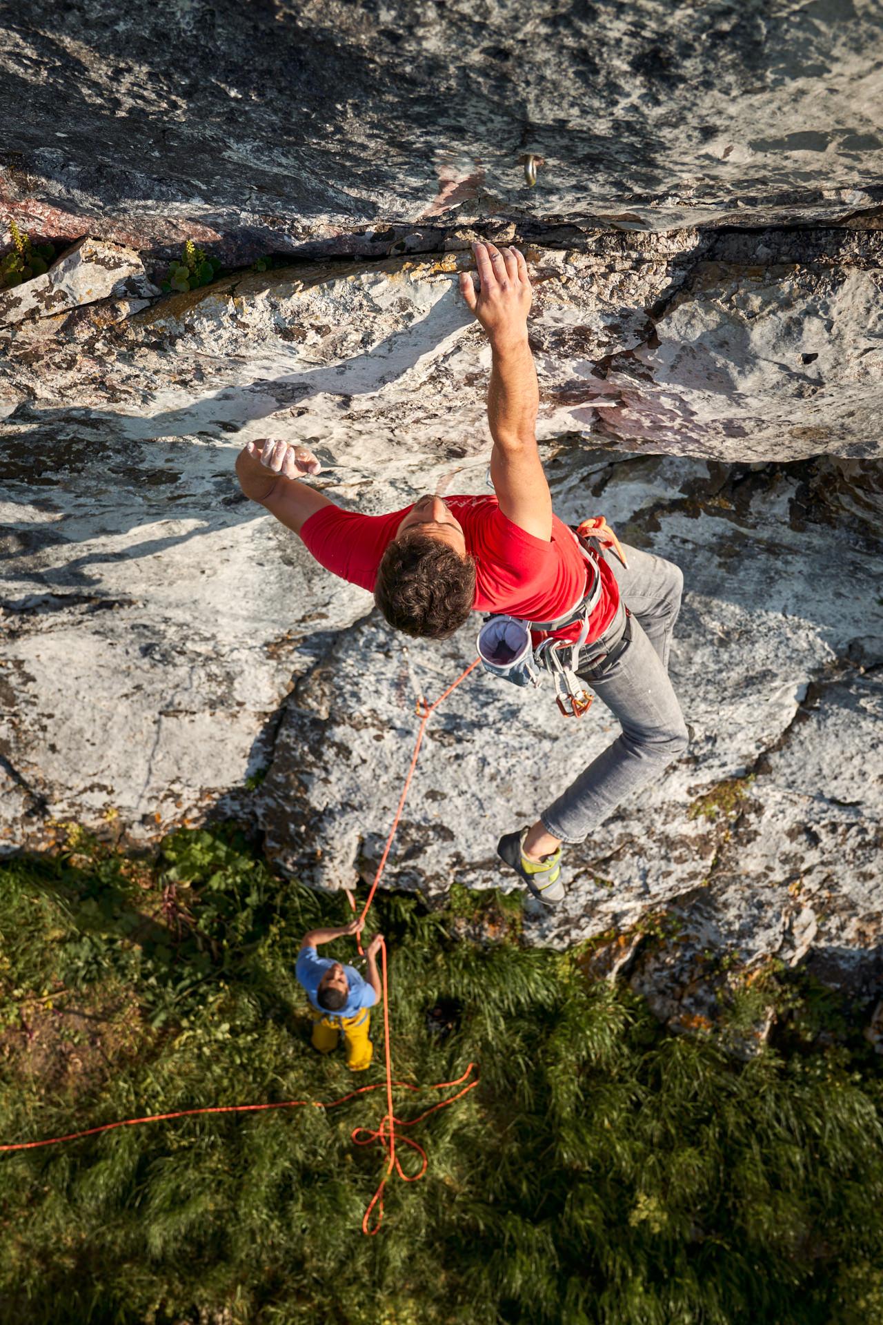 Lisbon Climbing Guide - Tiago Martins climbing Chuva Obliqua (7b) in Montejunto Novo ©Martim Vidigal