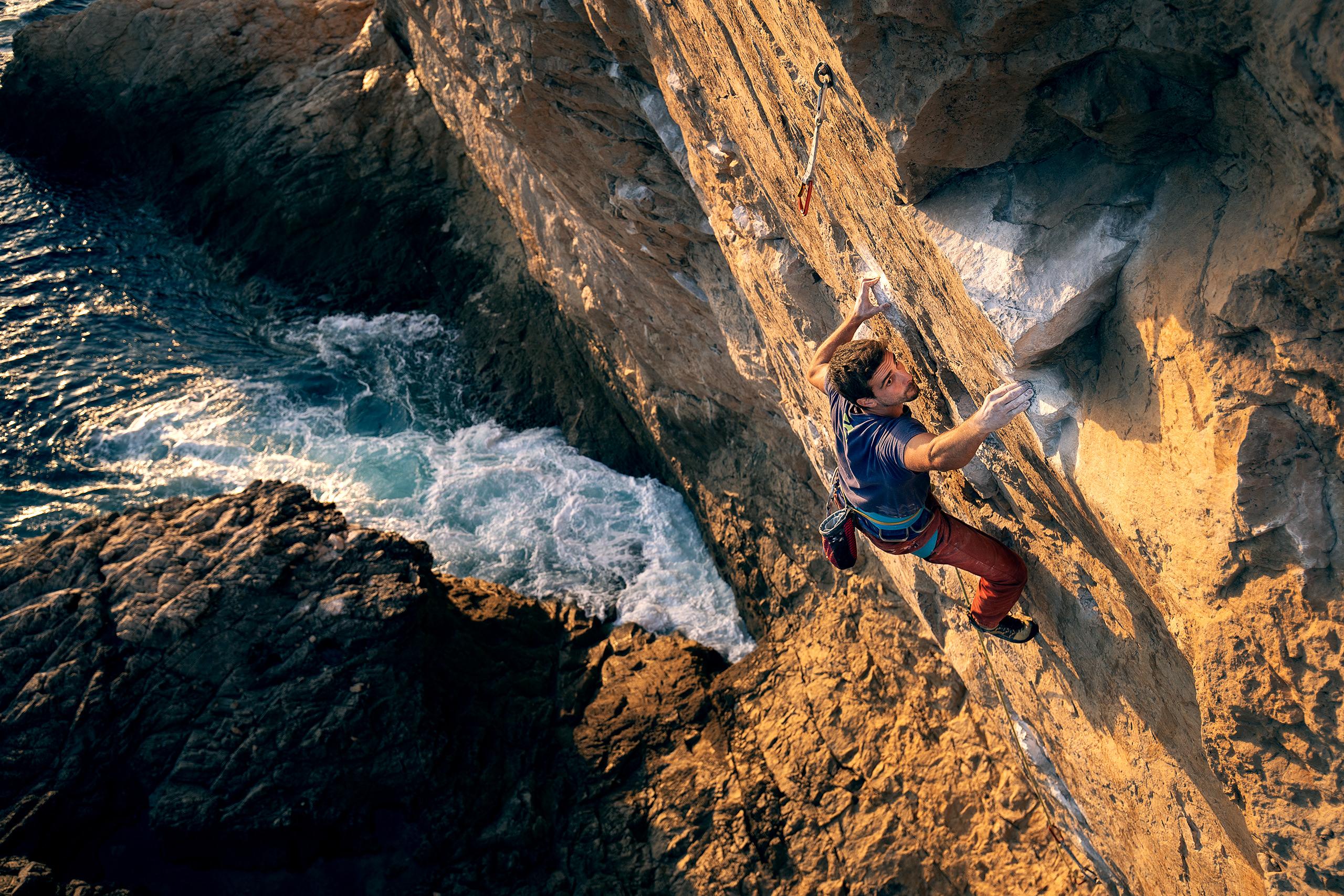 Lisbon Climbing Guide - Tiago Martins climbing Guardador de Rebanhos (8a+) in Atlântida ©Martim Vidigal