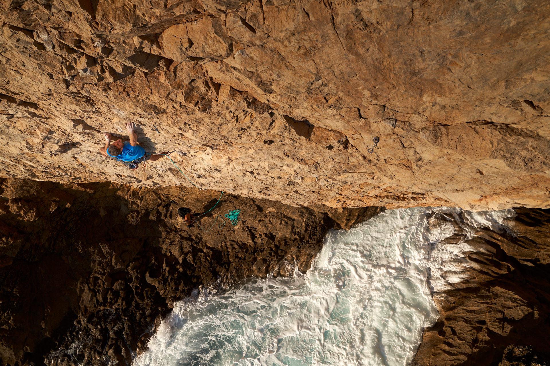 Lisbon Climbing Guide - Tiago Martins climbing Não há Espiga (7c) in Atlântida ©Martim Vidigal