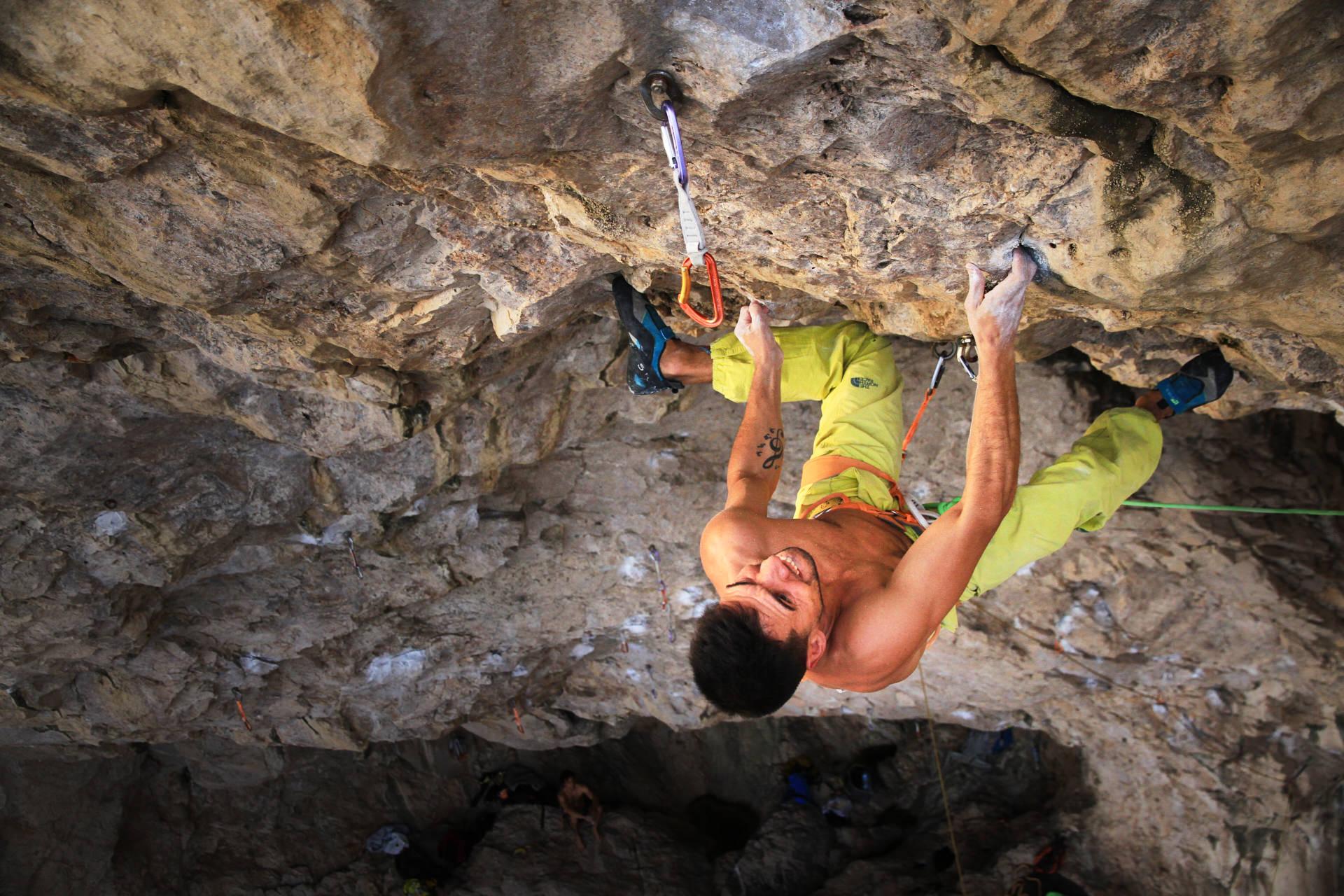 Lisbon Climbing Guide - André Neres climbing Mar de Bering 8c+ in Meio Mango ©Martim Vidigal